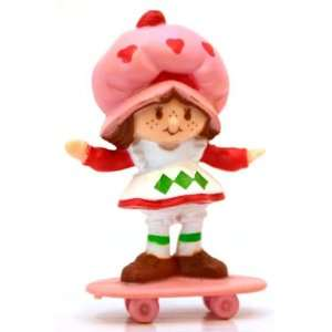 Strawberry Shortcake Mini on a Skateboard Kenner 1982 Toys & Games