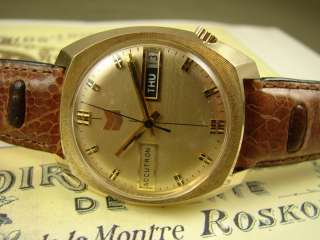 ACCUTRON MENS GOLD ELECTROPLATE VINTAGE BEEFY DAY DATE SAUCER WATCH